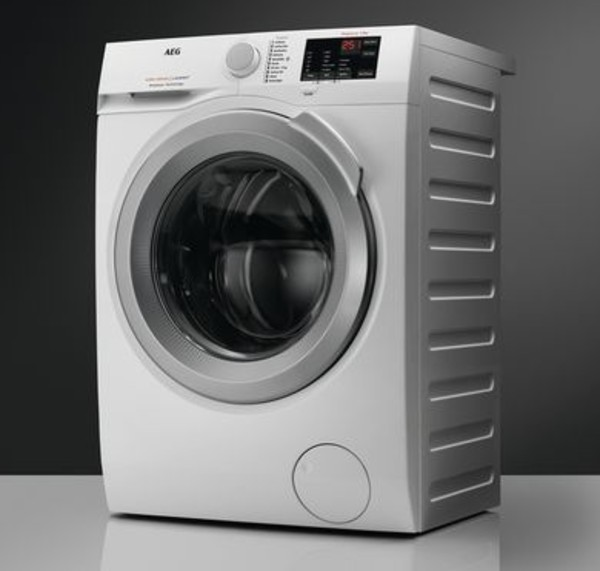 The AEG ProSense L6FBJ842P 8 kg 1400 Spin Washing Machine facing diagonally